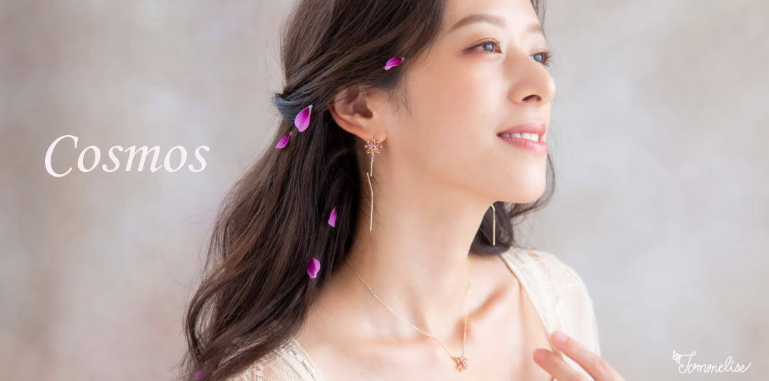 コスモスモチーフの揺れるロングピアスと花占いネックレス着用
